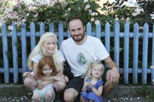 Sarah mit Mann und Kindern