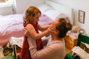 Mutter und Tochter halten sich