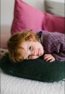 Olivia liegt auf Kissen