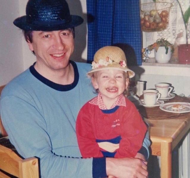 Julia als Kind mit Vater